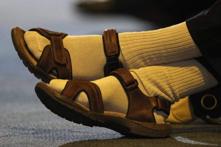 125625938_socks-with-sandals-750x500.