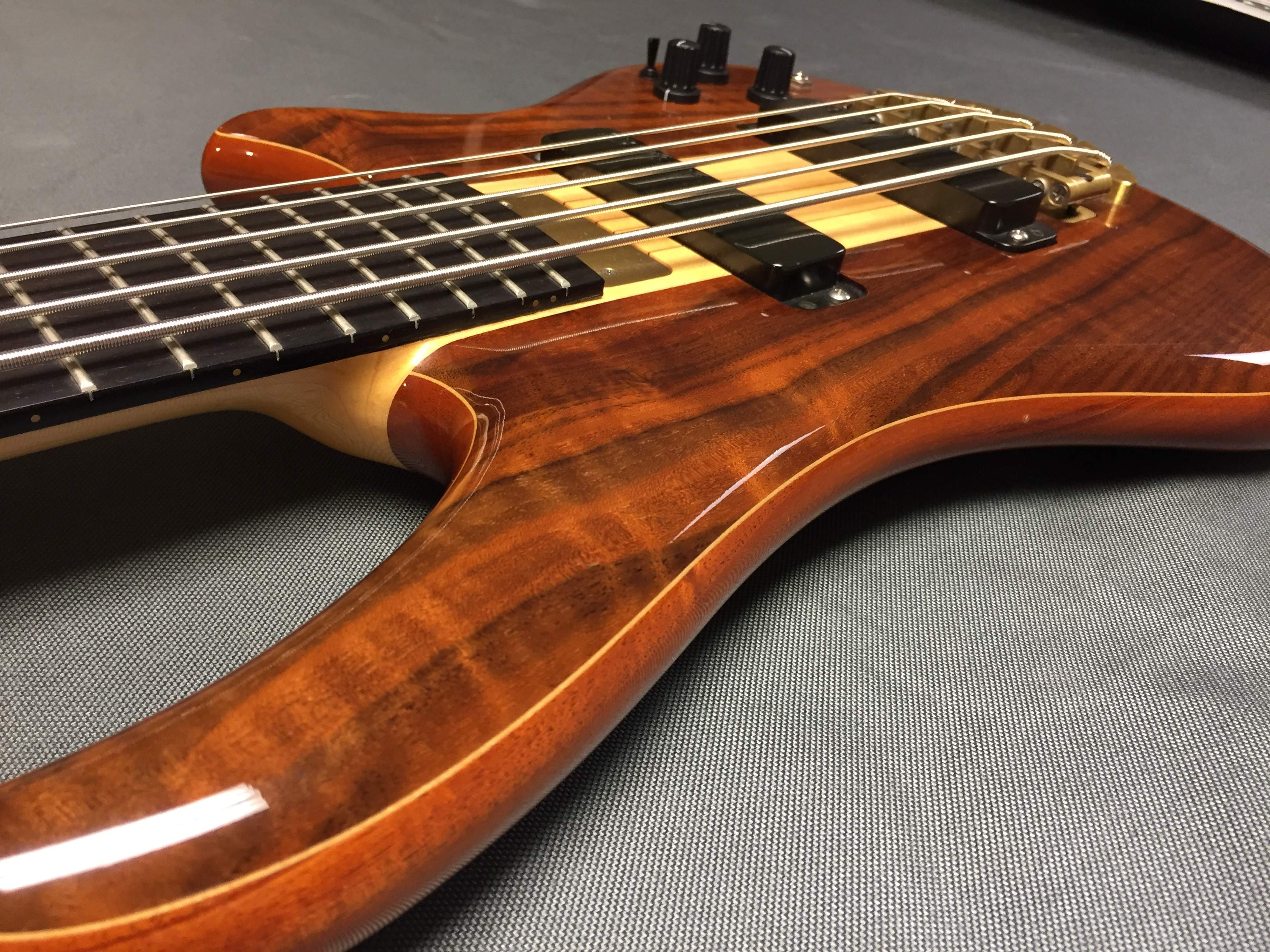 sold alembic essence 5 string walnut mahogany with q switch. Black Bedroom Furniture Sets. Home Design Ideas