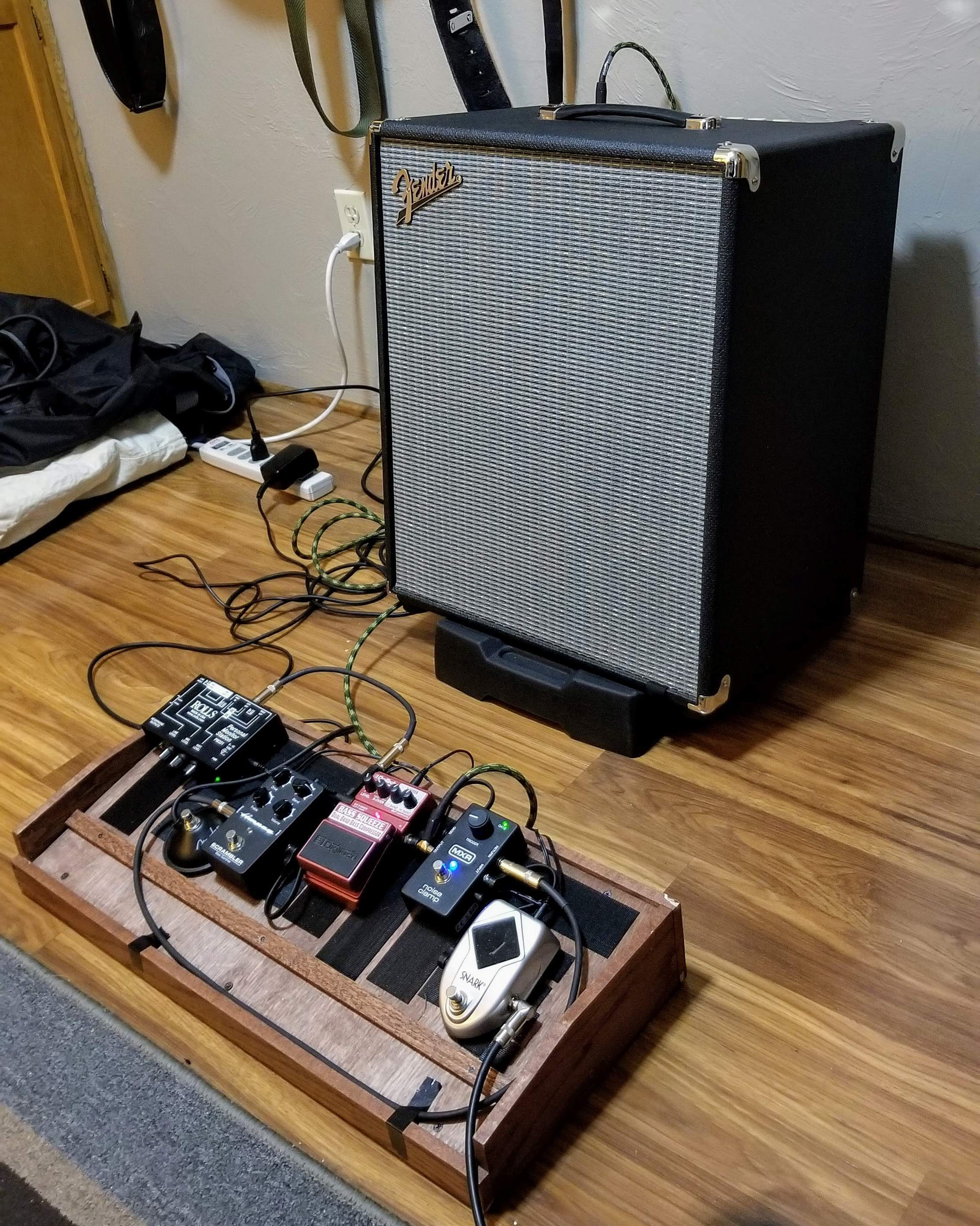 Rumble 500 and Pedal board.jpg