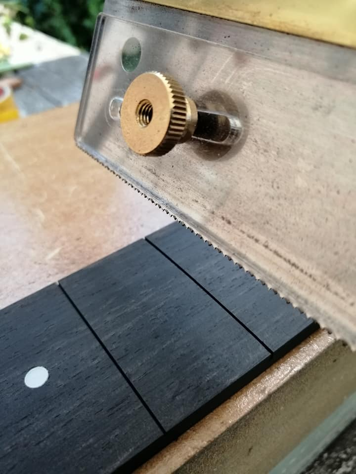 sawing-the-fret-slots-to-the-correct-width-and-depth_orig.jpg